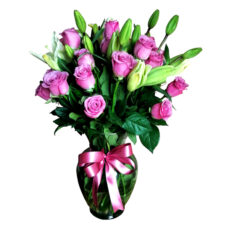 Arreglo de rosas moradas y lilys blancas